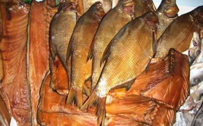 Как коптить рыбу в домашних условиях горячим способом
